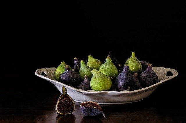 Green and purple figs on a plate